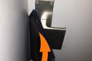 Porte claquée avec une radio